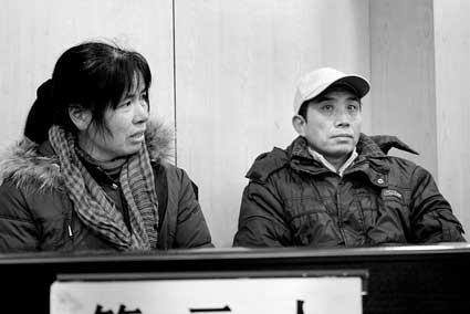 李丽云的父母进入法庭准备庭前谈话 摄/记者付中