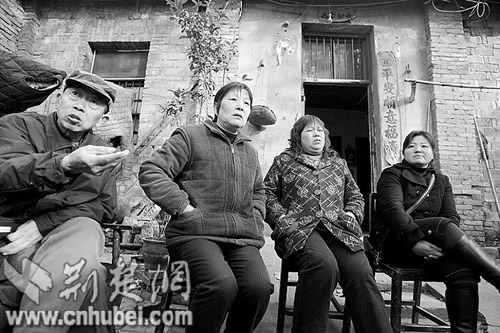 图为:从右至左分别是伍秀清、代元美、胡晓英、陈作本 记者萧颢摄