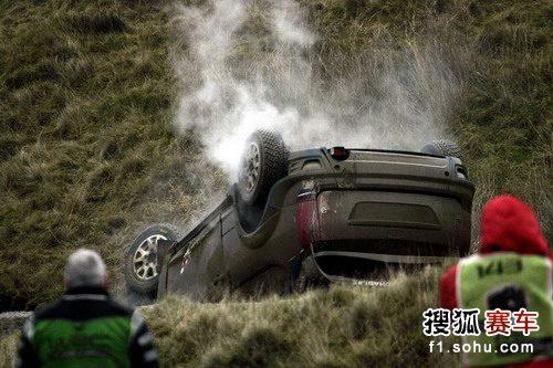 图文:世界汽车拉力赛英国站 赛车倾覆