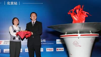 尼尔森发布中国公交移动电视收视率报告,左为尼尔森公司中国区媒介领域执行总监陈丽洁(Rita Chan)女士,右为世通华纳董事、常务副总裁崔斌先生