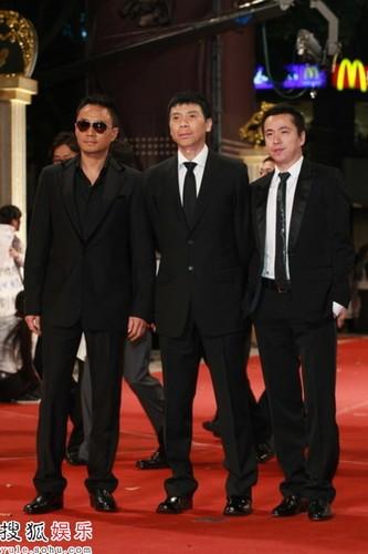 王中磊冯小刚张涵予一同走上红毯