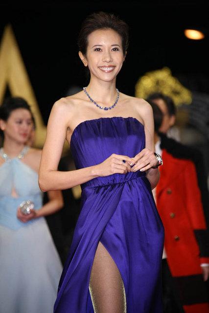 莫文蔚紫裙露香肩