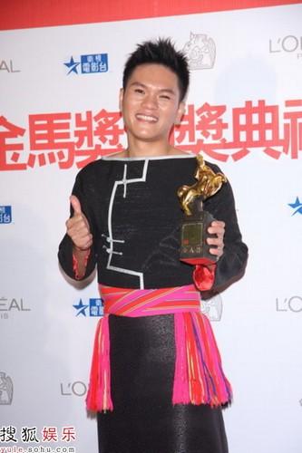图:姜圣民凭《跳格子》获最佳新演员奖