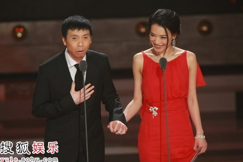 冯小刚与舒淇一起颁出最佳男主角奖