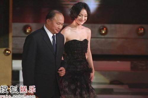 吴宇森导演与周迅一起颁出最佳导演奖
