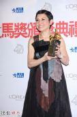 组图:新科金马影后刘美君在后台展示奖杯
