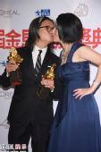 组图:陈可辛获奖兴奋 与吴君如后台玩亲亲