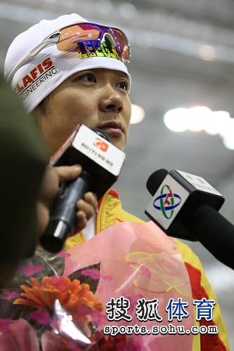 图文:速滑世界杯中国站 于凤桐面对媒体提问