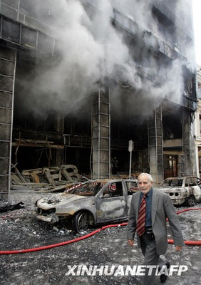 12月7日,在希腊首都雅典,一名男子从一家在骚乱中被完全毁坏的商店前走过。