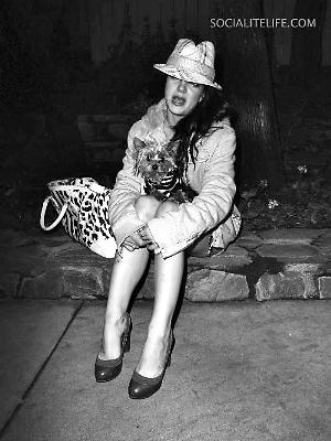 布兰妮 小狗/布兰妮抱着小狗离家出走,最后坐在路边大哭。