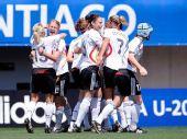 图文:[女足世青赛]德国5-3法国获季军 集体欢庆