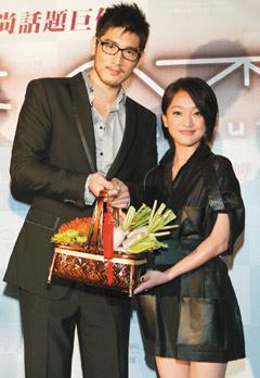 高以翔昨天在《女人不坏》记者会上送菜头给周迅。