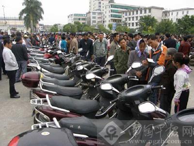 一排摩托车等待失主认领。