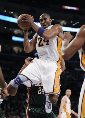 图文:[NBA]湖人战胜雄鹿 科比拼抢篮板