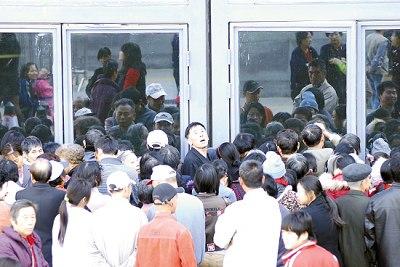 直到昨天早上9时许,仍有大批老人在门口聚集候领