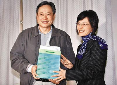 史亚平将纪念品送给李安。