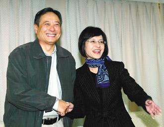 导演李安(左)昨天上午拜会新闻局长史亚平(右),两人相谈甚欢。
