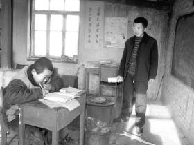 50岁的遇艳龙老师和学校惟一的学生关立强在上课 本组图片除署名外 本报记者 张琦 摄