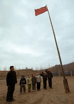 每周一升国旗是学校的惯例(2005年资料图)