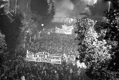 希腊青年在雅典市中心集会