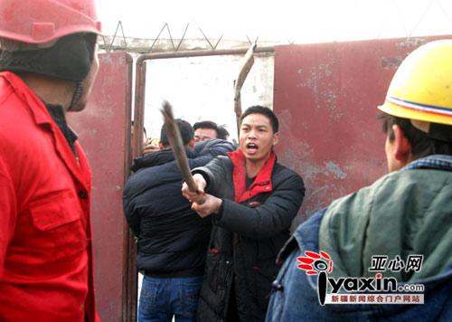 12月8日,当乌鲁木齐市水磨沟区执法工作人员在红光山拆除违法建筑时,一周姓房主拒绝与工作人员进一步商谈,并使用带铁钉的木板、砖块作为武器,选择了暴力抗法,两名工作人员被打伤。