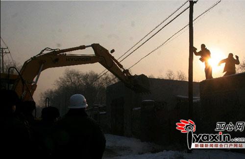 耗时1个多小时,在多次协商无果后,执法局工作人员决定强行拆除。