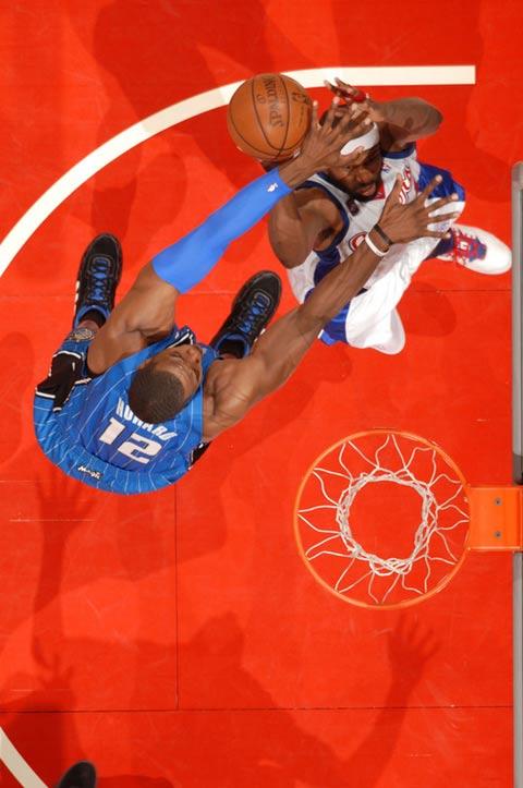 图文:[NBA]魔术胜快船 霍华德内线封锁