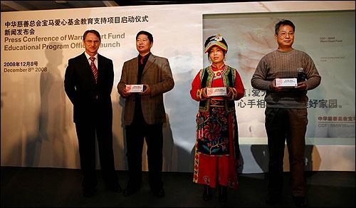 华晨宝马汽车有限公司总裁兼首席执行官佩德先生向来自地震_区的三位代表送礼品