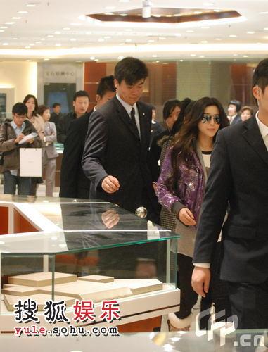 前来上海开拍新戏的范冰冰趁休息空挡前往商场逛店