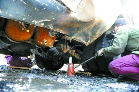 公交车被撞击的右后侧铁皮内,藏着5个天然气罐