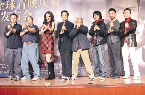 一众《叶》片台前幕后人员于台上摆出咏春姿势。
