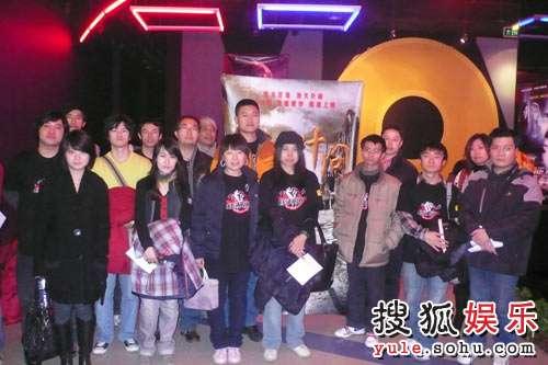 搜狐电影评审团在海报前合影