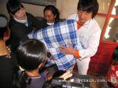成龙在内蒙古给贫困学生送上生活用品及学习用品
