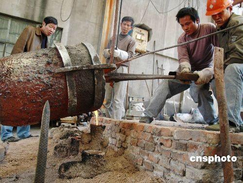 工人们正在铸造 越王勾践剑