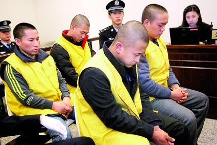 被告人徐某(右二)在法庭上称自己的行为是敲诈摄/记者曹博远