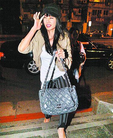 Jolin手提CHANEL包包回家,面对记者提问时脸部表情扭曲、神情涣散。