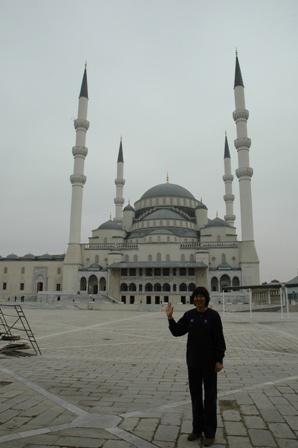图文:郎平分享土耳其最新照片 教堂前留影