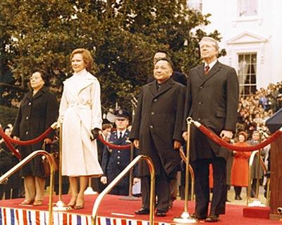 1979年1月,邓小平副总理访问美国,出席卡特总统在白宫举行的欢迎仪式。这是中华人民共和国成立后中国领导人第一次访问美国