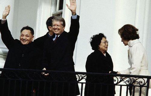 邓小平访美时与卡特总统在白宫阳台上向群众挥手。资料照片