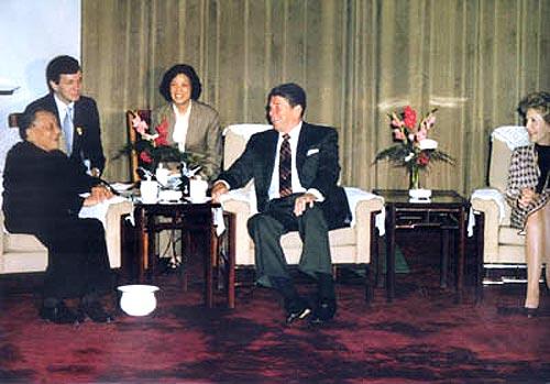 """1984年4月28日,邓小平在会见里根及其夫人南希时说:""""中美关系中的关键问题是台湾问题,希望美国领导人认真考虑中国人民的民族感情。"""""""