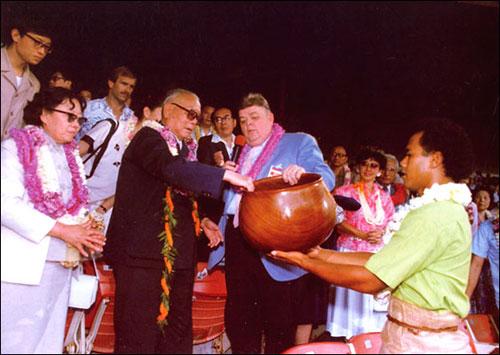 1985年7月,国家主席李先念访问美国。夏威夷波利尼西亚文化中心向李先念赠送纪念品