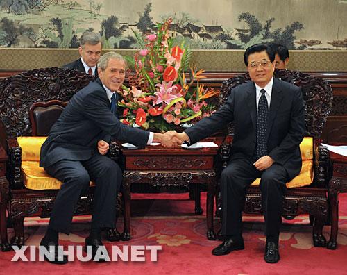 8月10日,中国国家主席胡锦涛在北京中南海瀛台会见并宴请前来参加北京奥运会开幕式和相关活动的美国总统布什。新华社记者刘建生摄