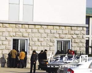 法庭外聚集的人群趴在窗户边看着庭审现场。 李 根 郭小川 摄