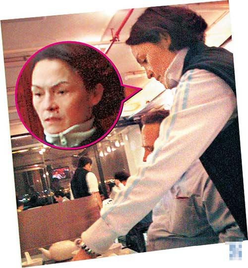 张母在餐厅工作时为客人倒酒