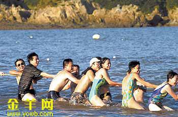 海边嬉戏的人群
