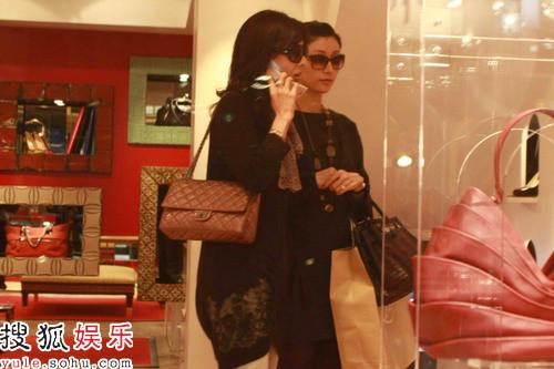 李嘉欣与姐姐在商场购物