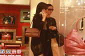 组图:新婚李嘉欣老公不陪 与姐姐同逛商场