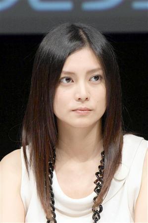 对象是摇滚乐队uverworld的主唱takuya∞(28).