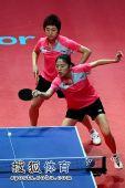 图文:乒联总决赛双打首日 冯天薇于梦雨配合