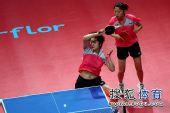 图文:乒联总决赛双打首日 冯天薇搏杀